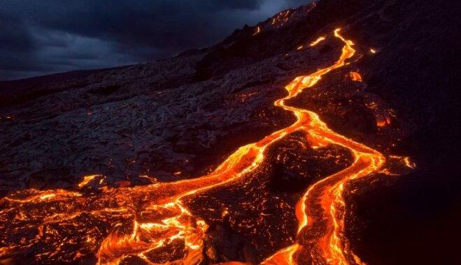 Nāvējošs skaistums tuvplānā: apbrīnas vērtos kadros iemūžināta vulkāna lava