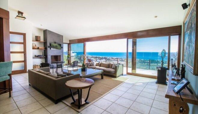 Stiklotas sienas un stilu sajaukums: atvērta tipa māja saulainajā Malibu