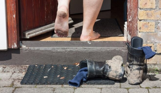 Pieci iemesli, kāpēc mājoklī nevajadzētu staigāt ar āra apaviem