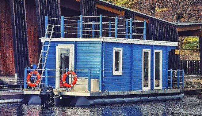 Starp ūdens dzelmi un debesīm: Igaunijā tapusi neparasta māja uz ezera