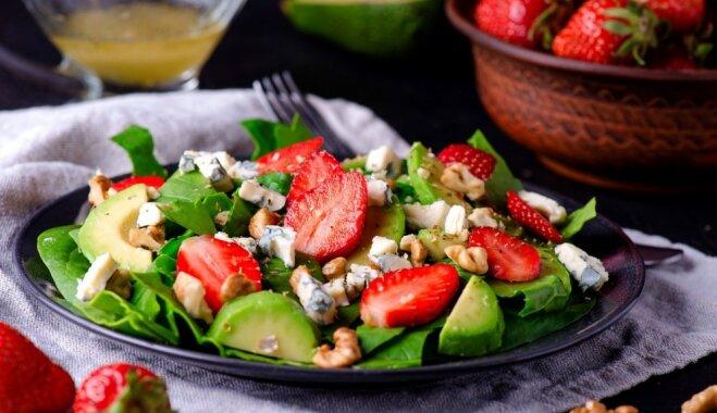 10 vasarīgi salāti, kuros lieliski iederēsies ogu karalienes – zemenes