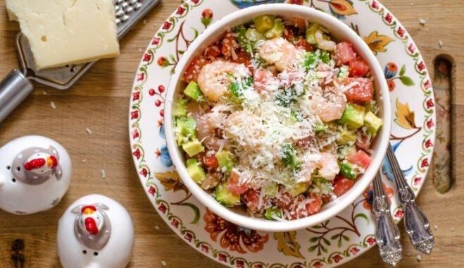 Garneļu salāti ar avokado, tomātiem un cieto sieru
