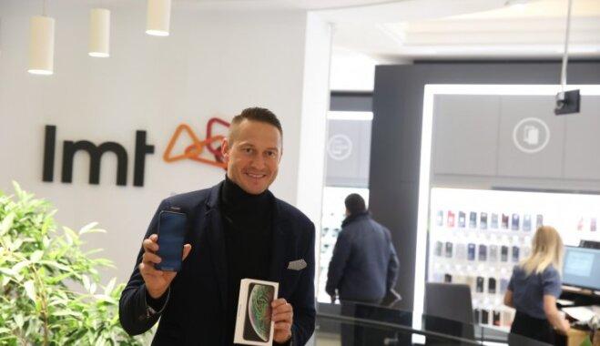 ФОТО: В Латвии начались продажи новых iPhone; покупателей развлекают, кормят и поят