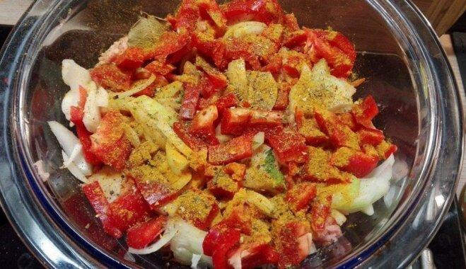 Krāsnī gatavots liesais plovs ar malto gaļu un konservētiem ananasiem