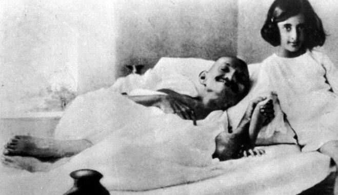 No dumjās lelles par Indijas Māti un demokrātijas slepkavu – Indira Gandija