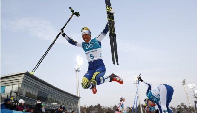 Slēpotāja Šarlote Kalla izcīna Phjončhanas olimpisko spēļu pirmo zelta medaļu