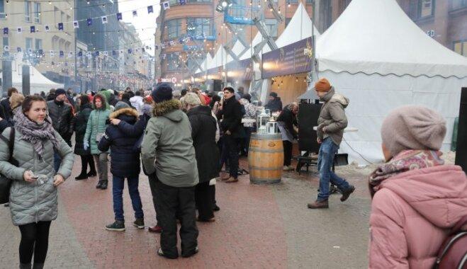 Foto: Vecrīgā drūzmējas ļaužu pūļi, baudot gardumus ielu ēdienu festivālā