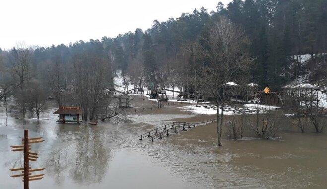 Iespaidīgi skati: Tērvetes upe izgājusi no krastiem un appludinājusi iecienīto dabas parku