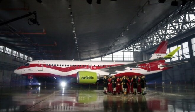 Foto: 'airBaltic' dāvana Latvijai – valsts karoga krāsās rotāta lidmašīna 'Rīga'