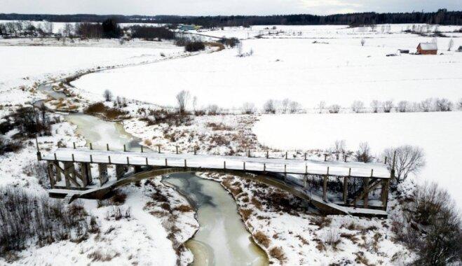 Kā no putna lidojuma: tilts uz nekurieni ziemas rotā