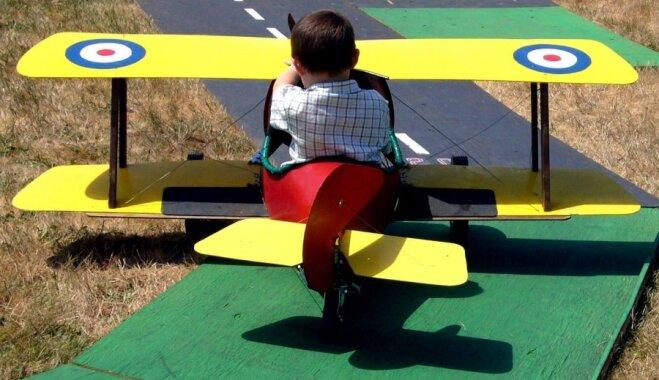 Noderīgi padomi, kā izklaidēt bērnu lidojuma laikā