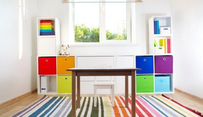 Koša ideja bērnistabai – grāmatu kārtošana varavīksnes krāsu secībā