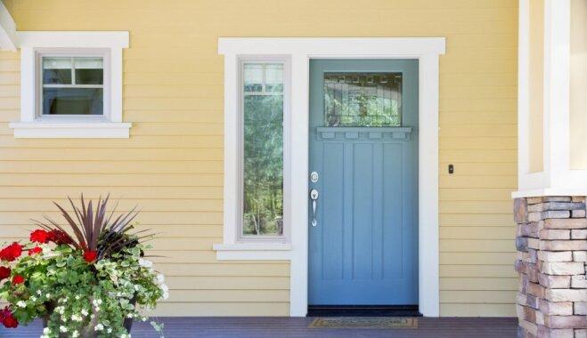 Mājas vizītkarte: kā izvēlēties vispiemērotāko ārdurvju krāsu