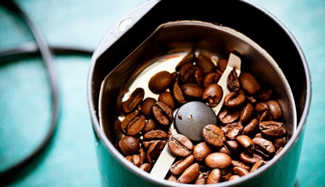 Atjautīgs veids, kā līdz pēdējam graudiņam iztīrīt kafijas dzirnaviņas