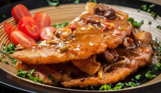 Ar gulašu pildīta biezā kartupeļu pankūka ungāru gaumē