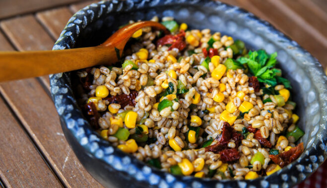 Grūbu salāti ar saulē kaltētiem tomātiem un kukurūzu
