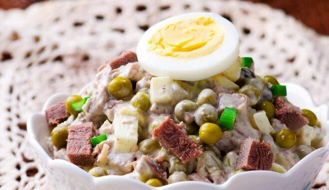 Mēles salāti ar sālītiem gurķiem, olām un zirnīšiem