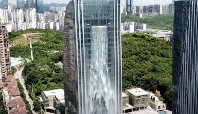Dabas pavedieni betona džungļos: iespaidīgais ūdenskritums, kas plūst pār debesskrāpja sienām