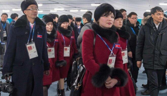 Foto: Ziemeļkorejas sportisti ieradušies olimpisko spēļu norises vietā Phjončhanā
