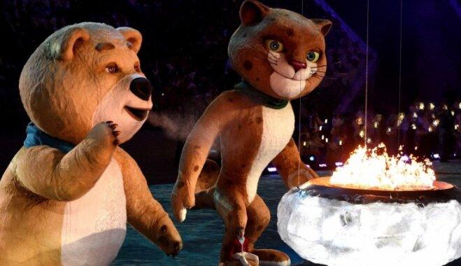 Olimpisko spēļu noslēguma ceremonijas vērotāji novērtē krievu spēju par sevi pasmieties