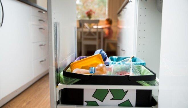 Četri iemesli, kāpēc atkritumu kasti neturēt virtuves skapī