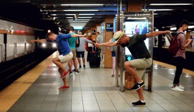 Video: Latvieši Ņujorkas ielās un metro jestri izdejo tautasdeju