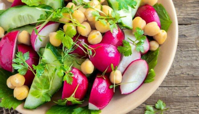 Kraukšķīgie redīsu–gurķu salāti ar konservētiem turku zirņiem