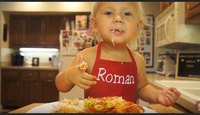 Video: Divgadnieks savā pavāršovā gatavo picu