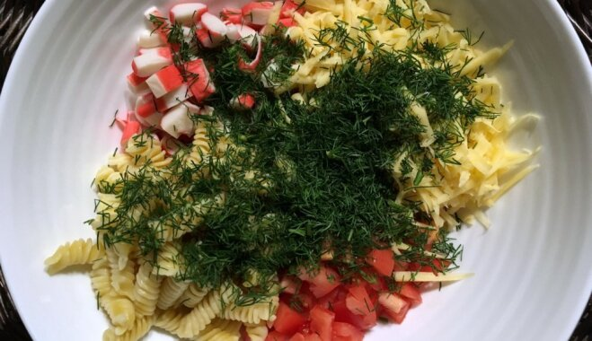 Крабовый салат с сыром и макаронами