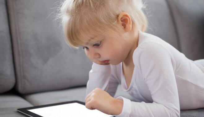 Cik ilgu laiku mazam bērnam var ļaut darboties ar planšeti vai viedtālruni