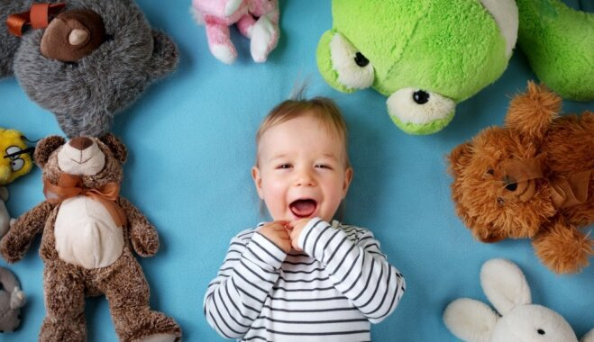 Pētījums: Ģimenes, kurās ar bērniem spēlējas biežāk, ir laimīgākas