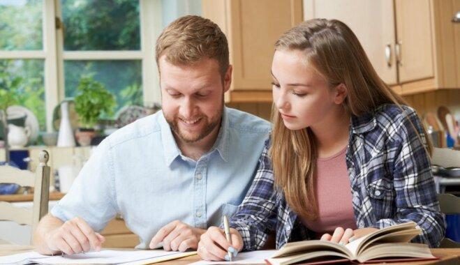 Trīs iemesli, kādēļ vecākiem nevajadzētu kopā ar bērniem pildīt mājasdarbus