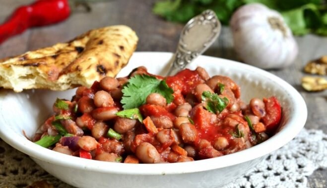 Ātrais dārzeņu sautējums ar tomātiem un pupiņām Toskānas gaumē