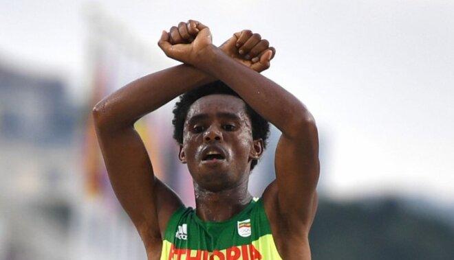 Olimpiskais vicečempions maratonā pēc politiskā protesta finišā baidās atgriezties mājās