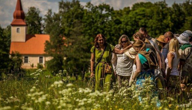 Foto: Zaļā dzīvesveida entuziasti izbauda 'Zaļo brīvdienu' Āraišos