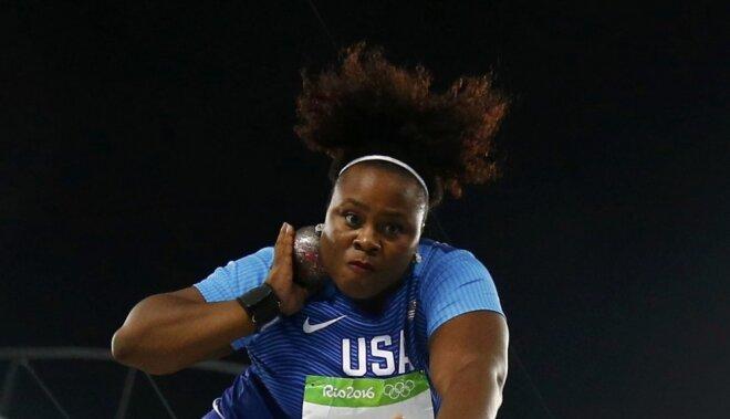 Amerikāniete Kārtere pēdējā mēģinājumā izrauj olimpisko zeltu lodes grūšanā