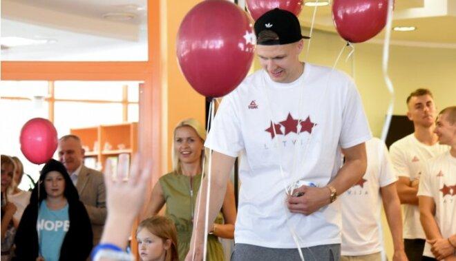 Foto: Latvijas basketbola izlase iepriecina mazos pacientus Bērnu slimnīcā