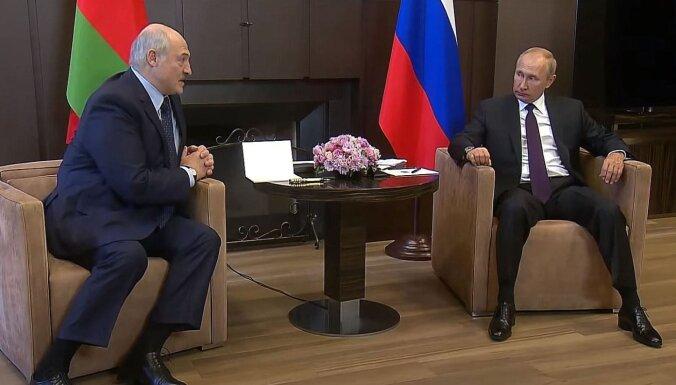 Putins apsola Lukašenko 'grūtajā brīdī' 1,5 miljardu dolāru lielu kredītu