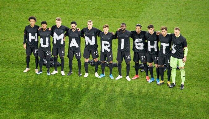 Foto: Pasaules vadošās futbola izlases vērš uzmanību uz pārkāpumiem Katarā