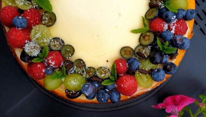 Pasakainā siera kūka ar ogām