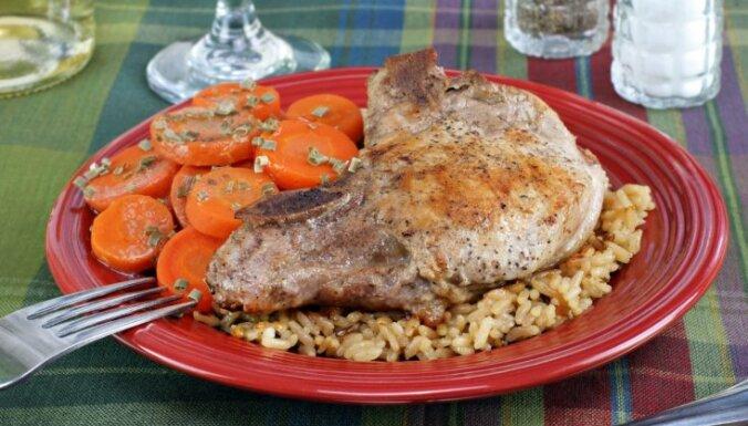 Свиной карбонад, жаренный вместе с рисом и овощами