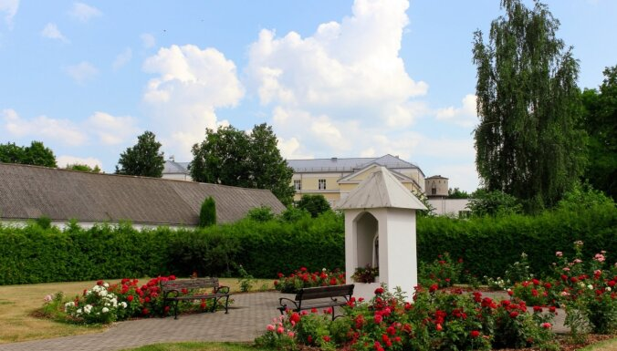 Foto: Viļānu katoļu baznīca grimst ziedu kupenās