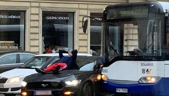 ФОТО: В центре Риги столкнулись Mustang и автобус