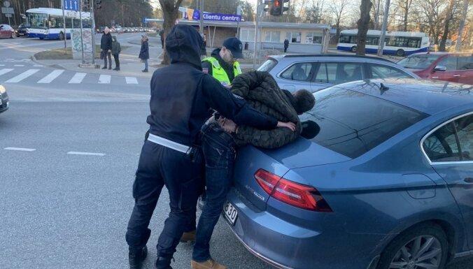ФОТО, ВИДЕО: Задержание агрессивного водителя на Югле, пострадал дорожный полицейский