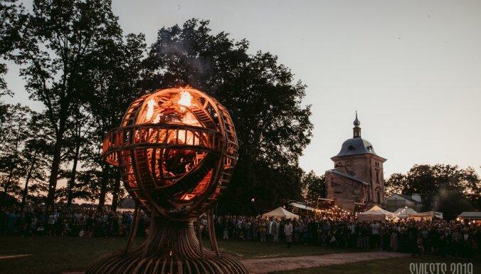 Foto: Saulgriežu noskaņā Valmiermuižā noticis ikgadējais etnofestivāls 'Sviests'