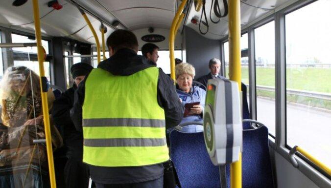 В Rīgas satiksme передумали: контролеров без формы в транспорте не будет