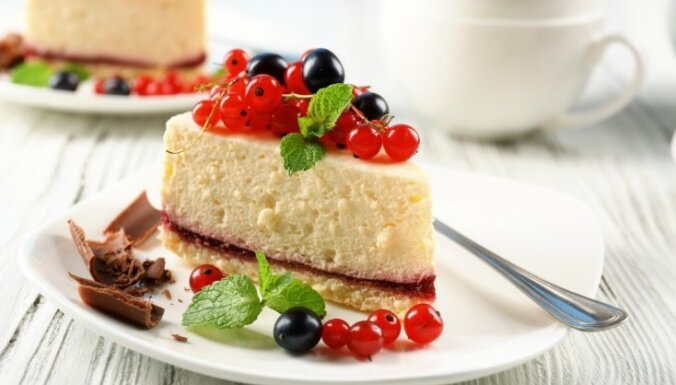 Pasakainam nedēļas noslēgumam – 14 dievīgi gardas siera kūku receptes