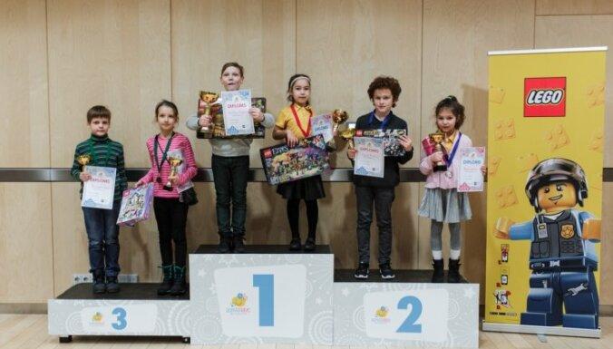 'Domātprieks' noslēdzis sezonu ar Ziemassvētku dambretes turnīru Latvijas Nacionālajā bibliotēkā