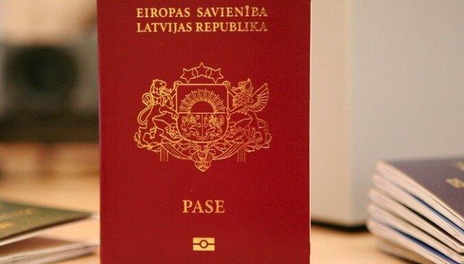 Государство бесплатно выдаст паспорта более 1000 латвийцам