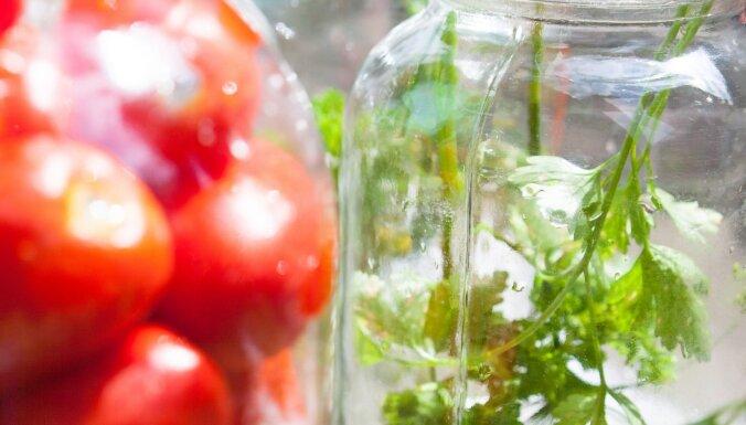 Marinēti tomāti ar ķiplokiem un selerijām bez pasterizēšanas